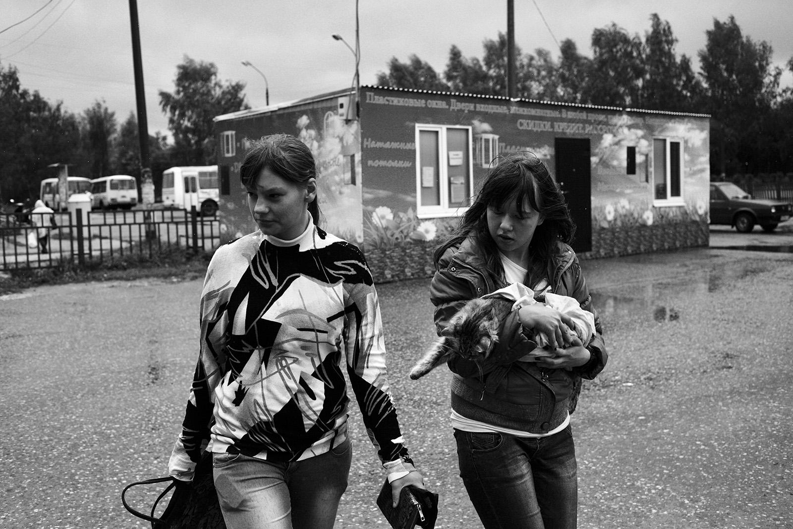 Чкаловск, Нижегородская область | Chkalovsk, Nizhny Novgorod region, 2013. Девочки несут мертвую кошку.